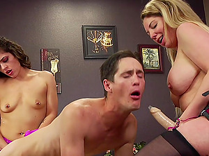 bisexuall threesome with Victoria Voxxx and Kiki Daire is amazing