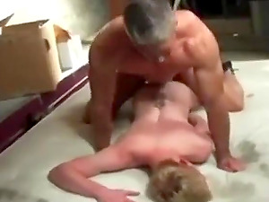 Watch this muscle daddy fucking a horny twink!