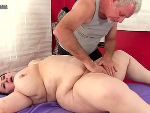 Fat beauties lay down and enjoy passionate massages by a perverted old man