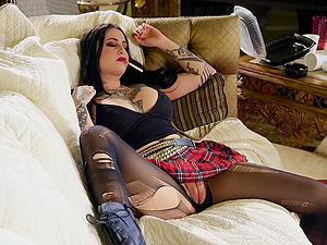 Tattooed Ophelia Rain gets her pussy pounded before an memorable orgasm