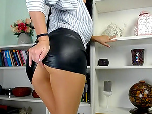 Horny camgirl loves showing her butt on webcam live