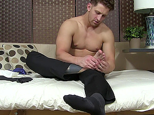 Solo guy drops his socks to tease with his sexy feet on the bed