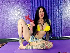 Tattooed Jenevieve Hexxx masturbating