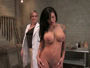Curvy dark haired gets her cootchie slurped and toyed